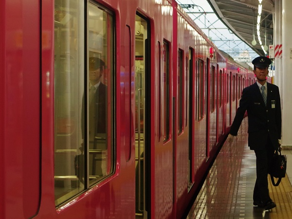 Zug am Bahnsteig in Japan